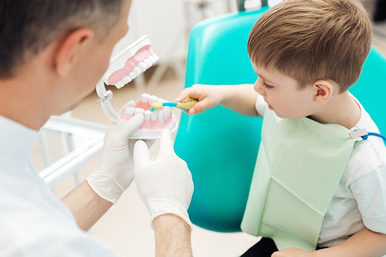 Kind bei Zahnarzt Dr. Beck